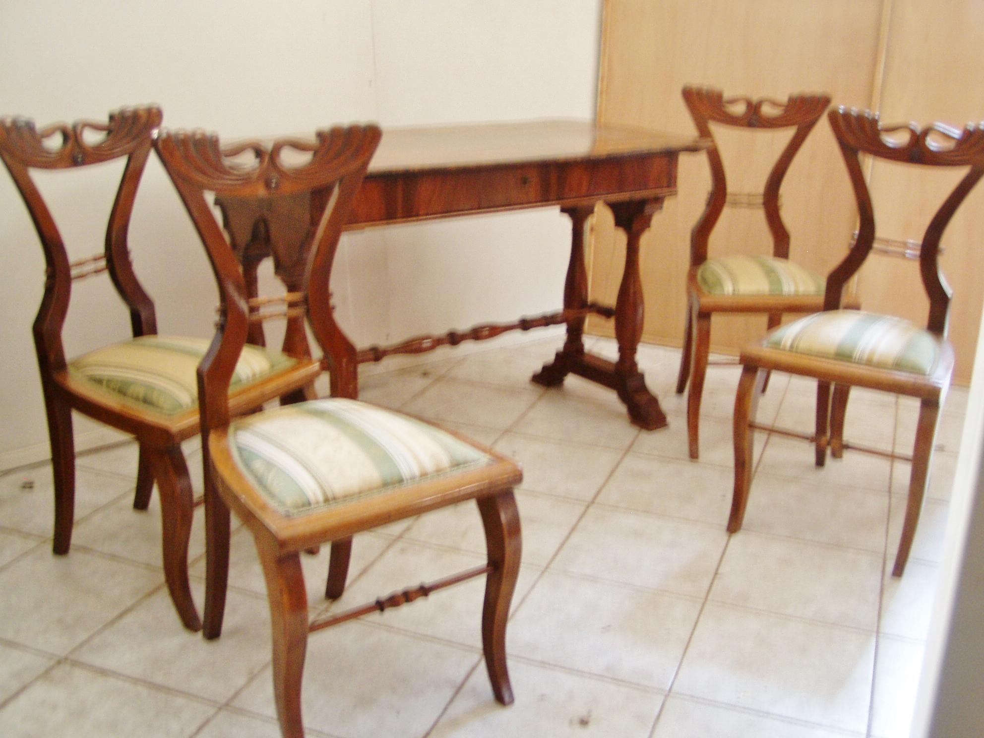 Biedermeier asztal négy székkel, 1850 körül. Dió, tuja